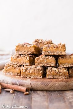 These Pumpkin Pie Crumb Bars have an oatmeal crust and crumble with a smooth and sweet pumpkin pie filling! You'll go nuts for this gluten-free, refined sugar-free and vegan portable pumpkin pie. Vegan Pumpkin Pie, Pumpkin Pie Bars, Gluten Free Pumpkin, Pumpkin Dessert, Pumpkin Recipes, Fall Recipes, Vegan Recipes, Sugar Free Vegan, Vegan Gluten Free