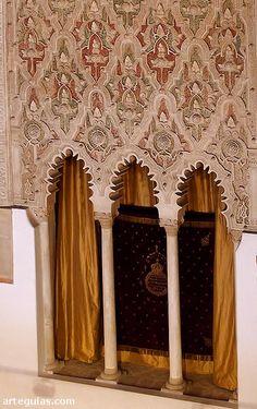 Yeserías de la Sinagoga del Tránsito de Toledo Islamic Architecture, Art And Architecture, Toledo Spain, Iberian Peninsula, Arabic Art, Andalusia, Spain Travel, Gothic Beauty, Arabesque