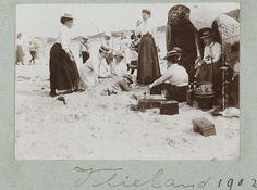 """anoniem   Gezelschap maakt plezier op strand, attributed to Frits Fontein Fz., 1902   Een man wordt in het zand ingegraven door een groep lachende vrouwen. Foto uit album 'Photographieën""""."""