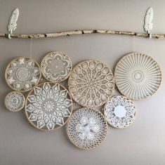 Vintage böhmische Deckchen Wandkunst - Wandbehang - Deckchen - Macrame Hoops w / Deckchen Arte de pared de tapete bohemio vintage - tapiz - tapetes - aros de macramé con tapetes, Doilies Crafts, Crochet Doilies, Lace Doilies, Framed Doilies, Doily Art, Lace Art, Creation Deco, Diy Décoration, Art Mural