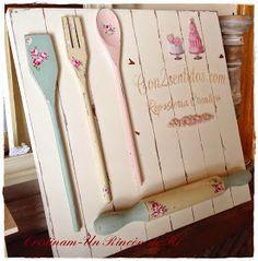 Hola    !Vuelve mi estilo Tilda personal!!!  Y es que no me he podido resistir a realizar este cuadro de utensilios de madera decorados en ...