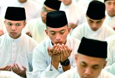 """Brunei: Sultão anuncia que o país passa a adoptar a lei islâmica    Ontem, dia 1 de Maio, o Brunei passou a adoptar a """"sharia"""" a lei islâmica, como o elemento inspirador do novo código penal do país.    www.fundacao-ais.pt/noticias/detail/id/3386/"""