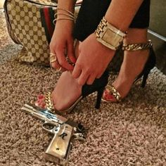 A Glimpse Into The Lavish Lifestyle Of The Kid's Of Mexican Drug Cartels - Wow Gallery Gun Aesthetic, Badass Aesthetic, Bad Girl Aesthetic, Aesthetic Roses, Mafia Wives, Mob Wives, Mexican Drug Lord, Rauch Fotografie, Fille Gangsta