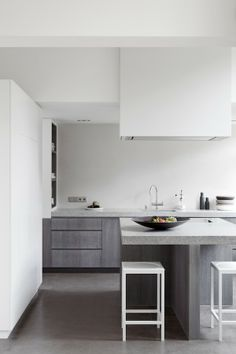 Kitchen. Grey contemporary cabinets.
