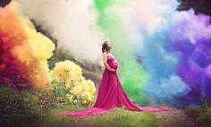 Após 6 tentativas mãe comemora gravidez com chuva de arco íris