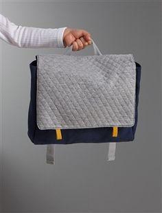 Solide et léger, le petit cartable spécial maternelle pour une rentrée des classes réussie ! DétailsFermeture par 2 pressions aimantées. Grande poche