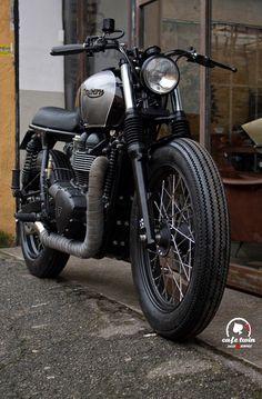 Triumph Bonneville by Cafe Twin.   Una modifica leggera non invasiva ma che dà quel tocco di eleganza e un vintage , ma che ha riguar...