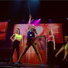 """@jkcsky på Instagram: """"Lindsey Stirling Repost from: @liensartwork  Photo Credit: @liensartwork  Lindsey and dancers,…"""""""