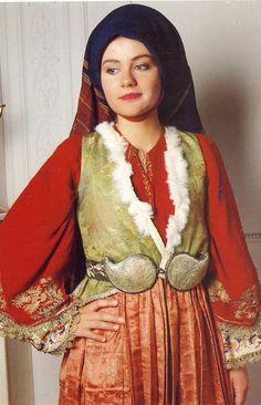 Γυναικεία νυφική ενδυμασία Σκύρου, Bridal costume from Skyros  www.europeana.eu      Στην τοπική ορολογία η ενδυμασία ονομάζεται χρυσή, τα αλλαμένα ή νυφάδα. Φοριέται ακόμη και σήμερα στους γάμους και τις γιορτές. Το κοντό πτυχωτό φόρεμα είναι ραμμένο από στόφα. Κάτω από αυτό φοριούνται απανωτά μισοφόρια για να κάνουν τη φούστα πιο φουντωτή. Το πουκάμισο, με χρωματιστό, μεταξωτό χρυσοκέντητο πανωκόρμι και άσπρη, βαμβακερή φούστα, κεντημένη με πολύχρωμα μετάξια, είναι από τις πιο ωραίες…