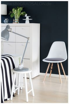 Livingroom black and white Eames Chair