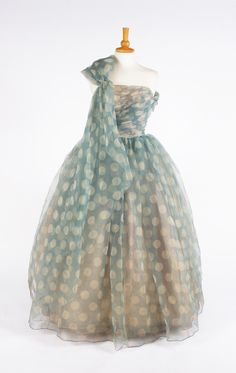 A Frank Usher silk chiffon blue with white spot evening gown jαɢlαdy Vintage Fashion 1950s, Vintage Couture, Vintage Mode, Retro Fashion, Classic Fashion, Vintage Style, Vintage Vibes, Fashion Fashion, Retro Vintage