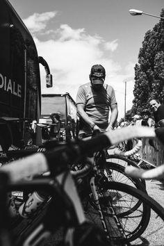 Et aussitôt après cette discussion avec Matteo, Bruno se charge de régler et d'affiner les pressions des vélos tel que le coureur et lui en ont convenu.