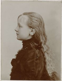 Portrait of the young queen Wilhelmina (1891), great-grandmother to the current monarch King Willem-Alexander. #greetingsfromnl