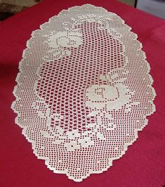 Grand napperon ovale - Motifs roses - Fait main au crochet - 100 pour 100 coton - Couleur écrue - Dimensions : 85 cm x 45 cm