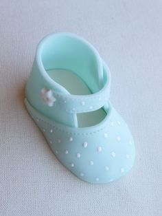 Modelado paso a paso zapato de bebe Baby Shoe Cake Topper Step-by-Step Tutorial{A nice tutorial for these darling little blue Baby Booties featured on Maria Lunarillos}There are several means to place a finishing touch in your own cake decorating job Cake Decorating Techniques, Cake Decorating Tutorials, Fondant Baby Shoes, Shoe Template, Fondant Animals, Shoe Cakes, Purse Cakes, Gum Paste Flowers, Fondant Decorations