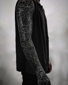 blackout tattoo ideas © tattoo studio The Circle London 💕💕💕💕 All Black Tattoos, Solid Black Tattoo, Trendy Tattoos, Clever Tattoos, Feminine Tattoos, Tattoo Black, Amazing Tattoos, Tattoo Girls, Girl Tattoos