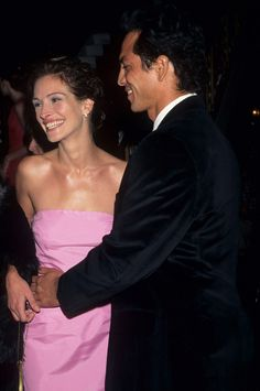 Pin for Later: See Julia Roberts's Smiliest Moments She smiled in a bubblegum-pink dress at the premiere of Stepmom in 1998 with then-boyfriend Benjamin Bratt. Jason Patric, Benjamin Bratt, Dylan Mcdermott, Richard Gere, Julia Roberts, Brad Pitt, Celebrity Couples, Celebrity Photos, Pretty Woman