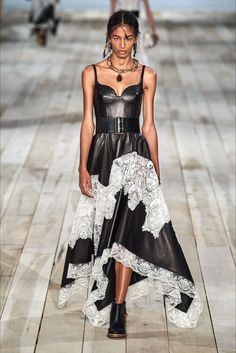 Alexander McQueen Spring 2020 Ready-to-Wear Fashion Show - Vogue Fashion 2020, Look Fashion, High Fashion, Fashion Outfits, Fashion Design, Fashion Poses, Fashion Styles, Dress Fashion, Couture Fashion