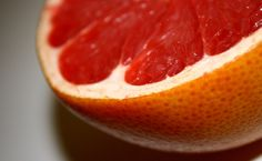 In season, packed with lycopene and vitamin C, full of fiber and a low glycemic index, the grapefruit is a miracle winter food we love. Read on for four facts about the grapefruit. Grapefruit Essential Oil, Fruit In Season, Healthy Fruits, Healthy Snacks, Best Breakfast, Winter Food, Health And Beauty, Smoothies, Essential Oils