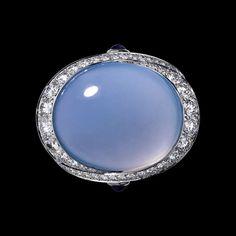 """CARTIER. Bague """"Violine"""" - platine, une calcédoine taille cabochon de 24,07 carats, améthystes taille cabochon, diamants taille brillant. #Cartier #ÉtourdissantCartier #2015 #HauteJoaillerie #HighJewellery #FineJewelry #Chalcedony #Amethyst #Diamond Ancient Jewelry, Old Jewelry, Jewelry Box, Jewlery, Vintage Jewelry, Cartier, Pink Diamonds, Blue Chalcedony, Cosplay Ideas"""