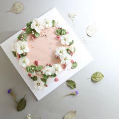 소중한 사람에게 내케이크가 기쁜날에 행복을 더해주는게 참좋다  #flowercake#flower#cake#baking#buttercream#theflowercompany#instacake#cakeicing#blossom#bouqet#peony#anemone#플라워케이크#플라워케익#플라워레슨#케익#케익스타그램#꽃스타그램#부케#블러썸#아네모네#하노이#작약#hydrangea#수국#wilton#윌튼#wiltoncake