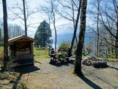 Schweizer Feuerstellen | Finden Sie eine Grillstelle in Ihrer Nähe Cabin, House Styles, Plants, Home Decor, Fire Pits, Firewood, Playground, Hiking, Grilling