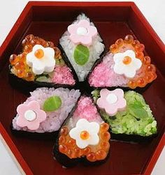 Check out these cute japanese food! They must have taken lots of effort to decorate. Japanese Food Art, Japanese Dishes, Japanese Sweets, Japanese Culture, Sushi Lunch, Sushi Sushi, Sushi Food, Food Food, Lunch Box