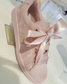 Discover recipes, home ideas, style inspiration and other ideas to try. Pretty Shoes, Beautiful Shoes, Cute Shoes, Me Too Shoes, Sock Shoes, Shoe Boots, Shoes Sandals, Tenis Casual, Bow Sneakers