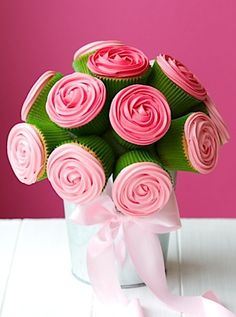 How to make a cupcake bouquet - Follow these step-by-steps to create a delicious DIY decoration for your wedding tables