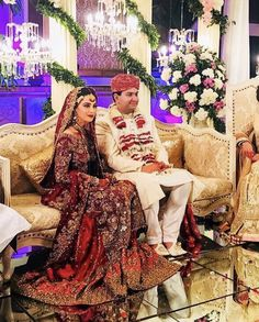 Soha Safdar looked absolutely regal in a #FarahTalibAziz scarlet red bridal featuring traditional shades of gold embellishments on a classic farshi gharara. #RealBrides #TradionalBrides #FarahTalibAziz✨