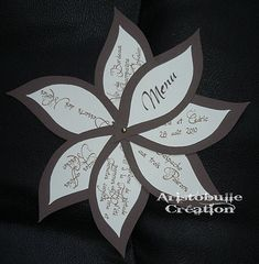 Here is a new menu order made this summer, always using the same model, this time in ivory and sepia. The small variant comes from the golden brad used to connect the petals, instead of the usual raffia or ribbon. Suddenly, the menu can … Wedding Signs, Diy Wedding, Diy Menu Cards, Diy Party Gifts, Invitation Cards, Wedding Invitations, Candy Gift Box, Bridal Decorations, Scrapbook Templates