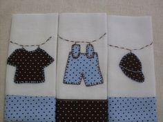 Kit composto por três fraldas de boca, bordadas à mão .Confeccionadas com fralda dupla de excelente qualidade e barra de tecido em tricoline, tudo 100% algodão.Consulte a possibilidade de escolha da barra de tecido e a aplicação. Não personalizamos com nomes as fraldas de boca. Patchwork Baby, Applique Patterns, Baby Needs, Kids And Parenting, Baby Quilts, Tea Towels, Baby Boy, Sewing, Crafts