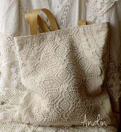 Na nákup i na dovču - oboustranná taška Velká, oboustranná pevná taška je ideální na velký nákup, ale také k vodě, do Zoo s dětmi, prostě má široké využítí. Ušita je z pevné potahové látky režné barvy. Textilní a háčkovaná aplikace aplikace jsou našity. Vnitřní látka je smetanové barvy s růžičkovým vzorem , našita je velká hluboká kapsa. ...