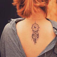 tatouage attrape rêve à s'encrer sur le dessus du dos - une belle idée pour femmes