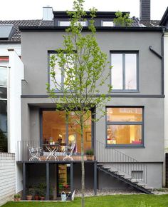 Nachher: Neue Räume und eine neue Außengestaltung – Bild 3 While the layout of the rooms facing the street remained unchanged, the floor plan towards. Terraced House, Design Exterior, Interior And Exterior, Floor Layout, Facade House, House Exteriors, House Facades, Modern Landscaping, Types Of Houses