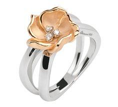 Золотое кольцо с бриллиантами, которое внесет яркие краски в Вашу жизнь. Вдохновением для этой коллекции ювелирных украшений стал экзотический цветок плюмерия. Это красочные, яркие цветы с насыщенным приятным ароматом. Гавайский цветок символизирует свободу, с таким украшение Ваша жизнь будет полна насыщенных эмоций.