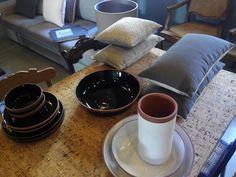 Cores e novidades. Almofadas,sofás e cortinas. Madeiras, móveis e cerâmicas no #mercadoloftstore #cortiça #cork #table #mesa #materiais #ceramics #cerâmica #prato #pratos #winecooler #taça #almofada #pillow #pillows #sofá #pontilinha #abatjour #cadeira #peças #mobiliário #decoração #lojadecoração #porto