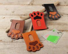【4/3まで送料無料】肉球パスケース◆栃木レザー◆ヌメ革◆犬・猫のにくきゅう好きなあなたへ|パスケース|KAWAMON|ハンドメイド通販・販売のCreema Leather Wallet Pattern, Sewing Leather, Leather Card Case, Leather Craft, Minimal Wallet, Leather Projects, Small Leather Goods, Leather Keychain, Leather Design