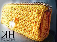 Pochette a punto stella: tutorial passo passo Bolso crochet amarillo Crochet Clutch Bags, Crochet Handbags, Crochet Purses, Crochet Diy, Love Crochet, Crochet Designs, Crochet Patterns, Yarn Bag, Knitted Bags