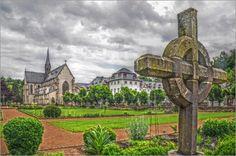 Klostergarten Poster von Pirmin Nohr Abtei deutschland garten himmel Keltisch Kirche Kloster kreuz Marienstatt wolken Abteien Kirchen & Kathedralen
