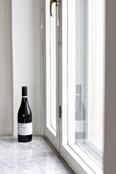 homevialaura | marble window sill | red wine bottle