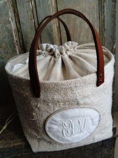 Dimensions de la base : 20 x 20cm Hauteur : 20cm Diamètre haut : environ 26cm L'originalité de ce sac réside dans le fait que sa base soit...