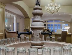 Particolare di una fontana in marmo, con finitura anticata, da noi realizzata