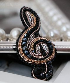 No photo description available. Bead Embroidery Jewelry, Soutache Jewelry, Beaded Embroidery, Beaded Jewelry, Beaded Necklace, Beaded Bracelets, Brooches Handmade, Handmade Jewelry, Jewelry Crafts