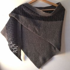 Free easy shawl pattern: Zaria, from Shannon Squire, knitted in Camellia. Knitted Cape, Knitted Shawls, Shawl Patterns, Knitting Patterns, Crochet Wool, Knitting Accessories, Knitting Yarn, Lana, Clothes