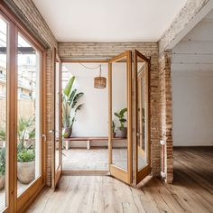 carles enrich intertwines patios with interiors for house in barcelona Patio Interior, Interior And Exterior, Interior Design, Style At Home, Living Room Decor, Living Spaces, Home Fashion, Home And Living, Modern Living