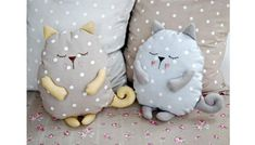 Coussin chat faisant la sieste sleeping stuffed cat pillows toy (inspiration, no pattern, cute designs for pillows, best 20 cat pillow ideas no signup Sewing Toys, Sewing Crafts, Sewing Projects, Fabric Toys, Fabric Crafts, Cat Crafts, Diy And Crafts, Cat Pillow, Sewing Pillows