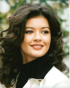 Catherine Zeta-Jones, CBE is a Welsh actress. Born and raised in Swansea, Zeta-Jones aspired to be an actress from a young age. As a child, she played roles in the West End productions of the musicals Annie and Bugsy Malone. Prettiest Actresses, Beautiful Actresses, Catherine Zeta Jones Young, Most Beautiful Faces, Beautiful Women, Cathrine Zeta Jones, Woman Movie, Actrices Hollywood, Female Actresses