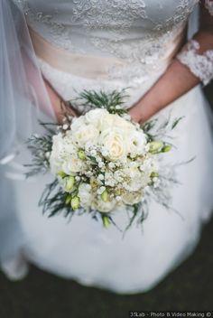Bouquet da sposa rotondo monocolore bianco con rose e nebbiolina