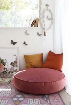 Round Puff: How to Choose? Tips and 60 Incredible Models - Living Room Decor Inspiration, Home Room Design, Kitchen Design, House Rooms, Home Furniture, Bedroom Decor, Lounge, Interior Design, Decoration
